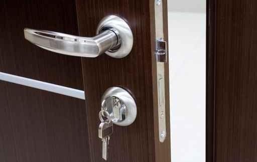cambiar-cerradura-puerta-bombin